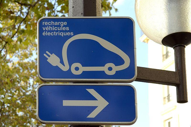 L?implantation des bornes de recharge pour les véhicules électriques dans les parkings publics s?organise. Un cahier des charges détaille désormais les conditions d?implantation pour les bornes isolées, comme pour les postes de charg
