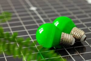 éclairage solaire écologique, représenté par un panneau solaire, des ampoules vertes et une branche végétale