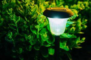 spot LED solaire design dans le jardin